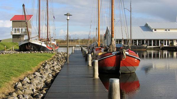 """Terherne Haven met 'Dijkhuisje"""" , klassieke schepen en botenloods"""